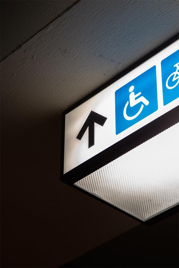 Een aanwijzing in een gebouw voor de rolstoel wc