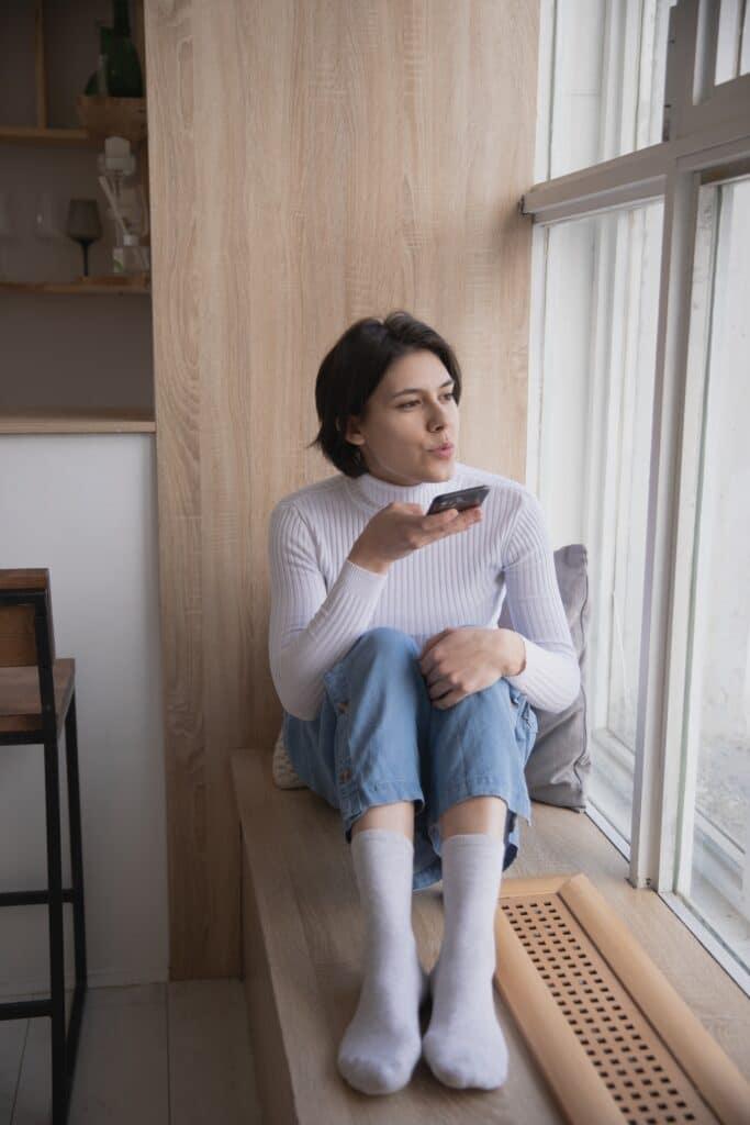 vrouw spreekt iets in in haar mobiele telefoon