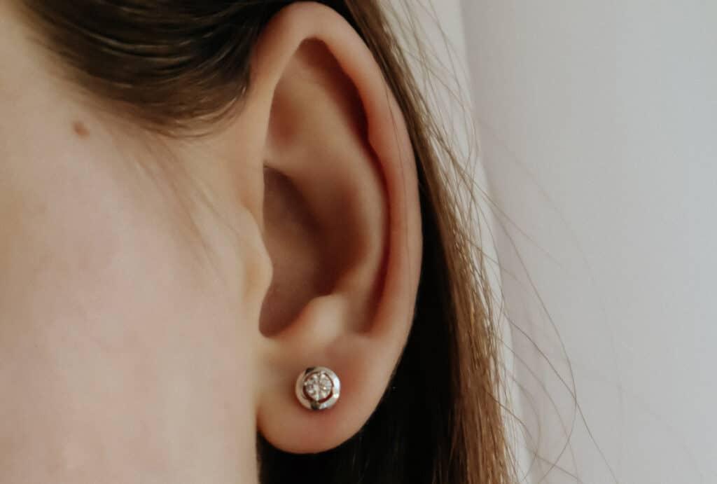 Afbeelding van een oor met een oorbel erin